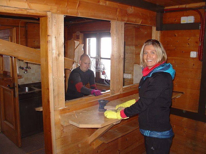 Achtung: Evelyn geht mit der Axt durchs Haus! Unsere Hüttenwirtin hat sichtlich Spaß daran, Platz für die neue Küche zu schaffen.