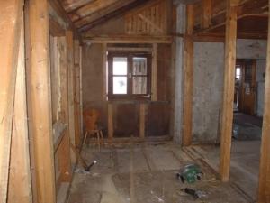 Hier entsteht eine neue Küche - dazu  mussten Wände und alter Fußboden entfernt werden.